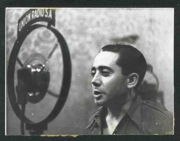 Enrique Castro Delgado frente a los micrófonos de Unión Radio(Fotografía cortesía de Carlos García-Alix)