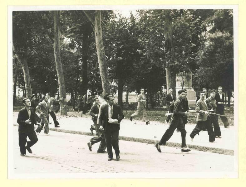 ...y terminan por dirigirse por el parque en dirección al Cuartel.